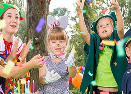 kids-enjoying-jungle themed party